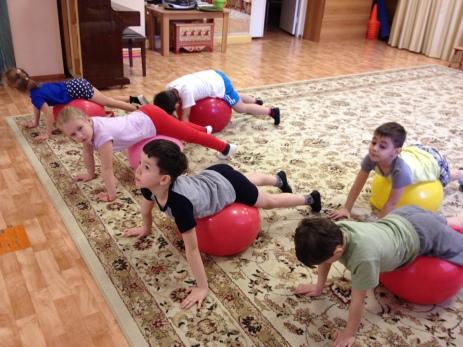 Упражнения для осанки на фитболе