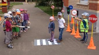 """Игра """"Машины и пешеходы"""" с младшей группой"""